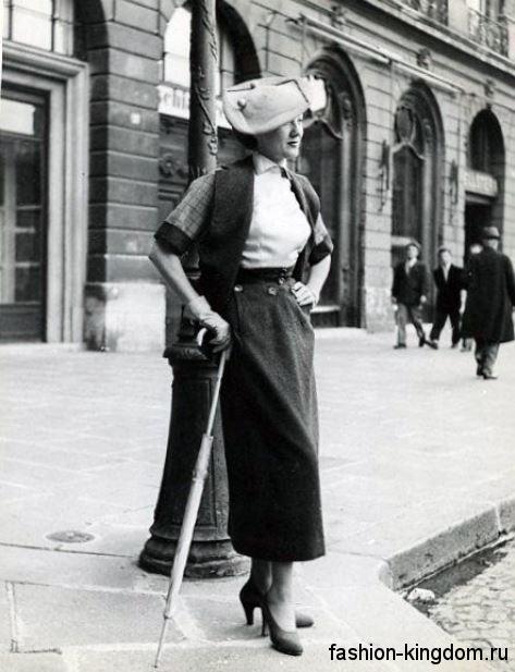 Длинная юбка прямого фасона 30-х годов в сочетании с коротким жакетом, блузкой и туфлями на среднем каблуке.