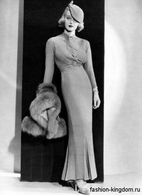 Женские туфли на каблуке 1930-х годов сочетаются с вечерним длинным платьем приталенного кроя и небольшой шляпкой.