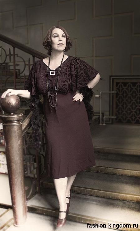 Модное платье до колен в стиле 30-х годов, шоколадного цвета, с широкими рукавами и ажурными вставками.