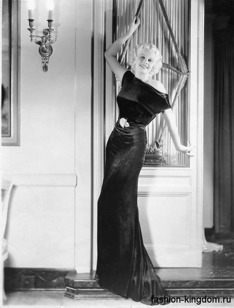 Атласное вечернее платье 30-х годов, черного цвета, длиной в пол, приталенного фасона, с короткими рукавами.
