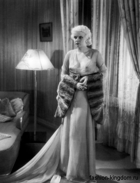 Вечернее платье из шифона 30-х годов, длиной в пол, свободного кроя, со шлейфом и глубоким вырезом горловины.