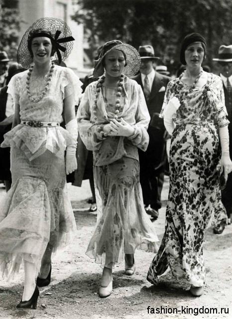 Модные женские шляпы 1930-х годов в сочетании с длинными шифоновыми платьями и туфлями на каблуке.