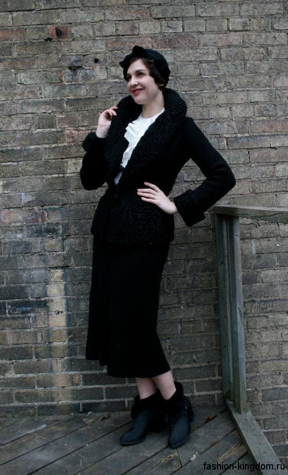 Черный костюм в стиле 30-х годов из юбки длиной ниже колен и приталенного жакета.