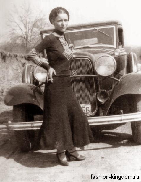 Повседневное длинное платье 30-х годов, черного цвета с белыми вставками, полуприталенного фасона, с длинными рукавами и воротником-стойкой.