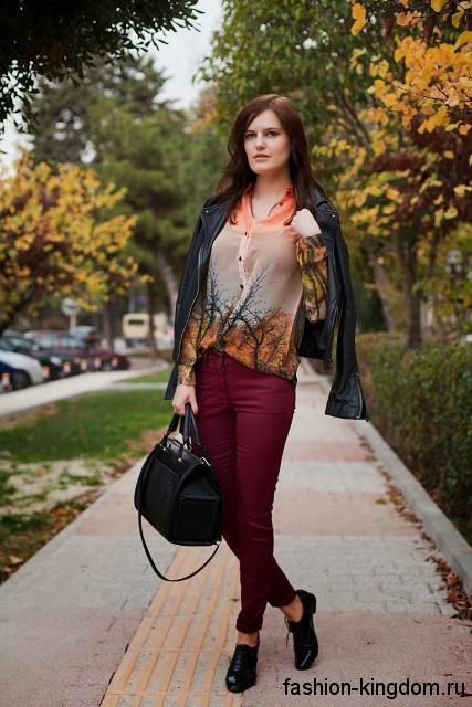 Блузка с длинными рукавами, рыжего тона с растительным рисунком в сочетании с боровыми брюками.