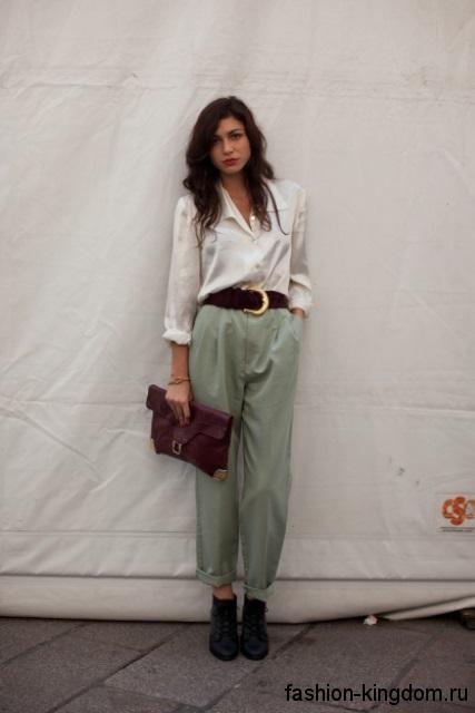 Белая блузка с длинными рукавами, на пуговицах в сочетании с брюками бледно-мятного оттенка.