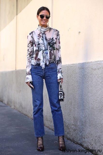 Белая блузка с черным принтом из шифона, с длинными рукавами и шарфом сочетается с короткими джинсами.