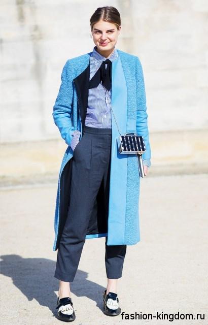 Блузка с длинными рукавами бело-синего цвета в полоску в тандеме с короткими брюками темно-синего оттенка.