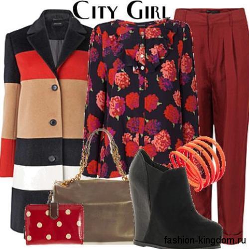 Осенняя блузка черного тона с цветочным принтом, прямого кроя в сочетании с брюками темно-красного цвета.