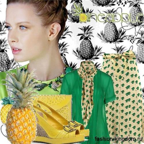 Шифоновая блузка зеленого цвета с короткими рукавами сочетается с бежевой юбкой миди с принтом.