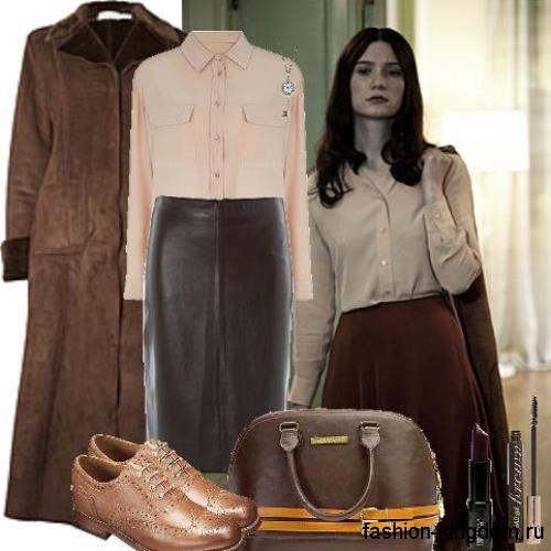 Офисная блузка персикового цвета, с длинными рукавами, на пуговицах в тандеме с кожаной юбкой до колен.