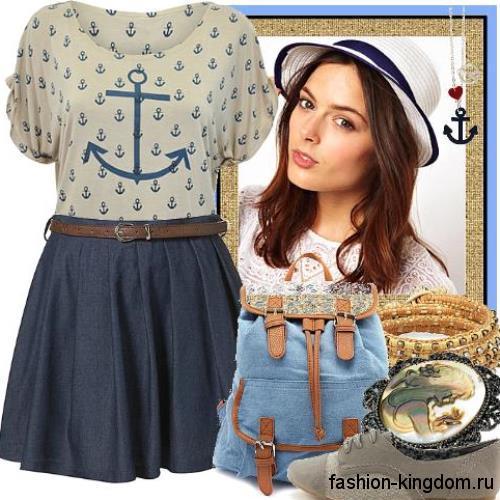 Летняя блузка светло-серого цвета с рисунком и короткими рукавами сочетается с джинсовой юбкой-мини.
