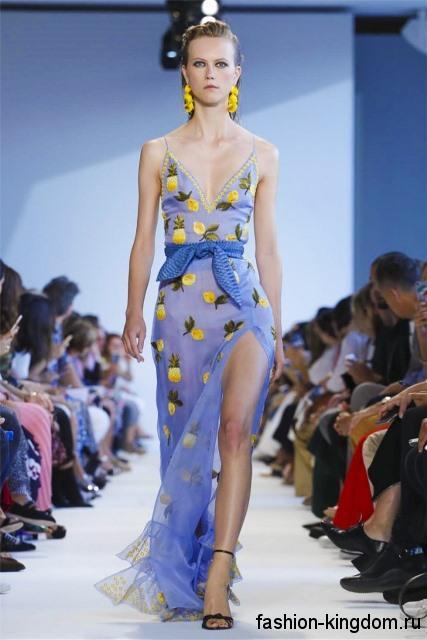 Длинное шифоновое платье голубого цвета с фруктовым принтом, на бретельках, с высоким разрезом от Altuzarra.