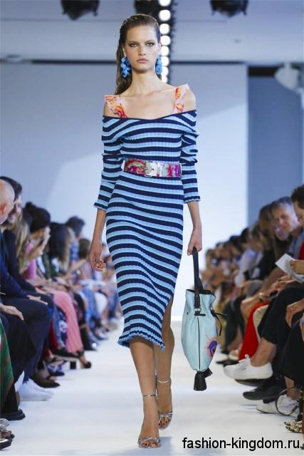 Летнее платье сине-голубой расцветки в полоску, приталенного фасона, ниже колен, с длинными рукавами от Altuzarra.