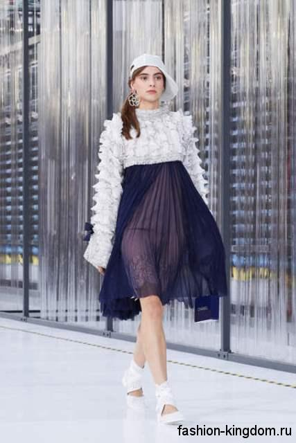 Белая кепка и закрытые босоножки белого цвета дополняют платье сине-белого тона от Chanel.