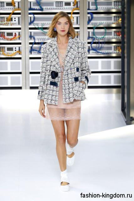 Жакет светло-серого цвета с фактурным рисунком, прямого фасона в сочетании с коротким бежевым платьем от Chanel.