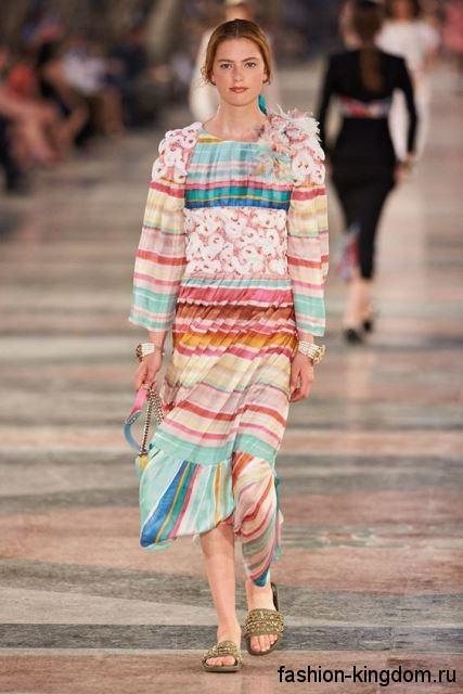 Разноцветное платье длиной ниже колен, свободного покроя, с длинными рукавами из коллекции Chanel.