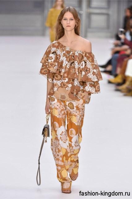 Асимметричная блузка коричневого тона с цветочным принтом в сочетании с широкими брюками от Chloe.