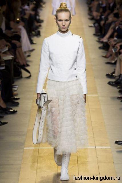 Пышная белая юбка длиной миди сочетается с коротким жакетом белого цвета из коллекции Christian Dior.