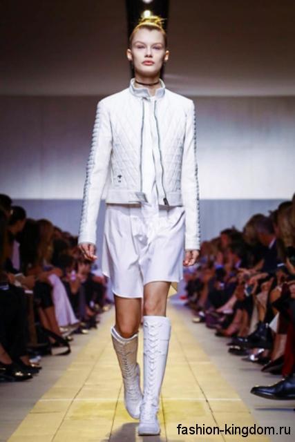 Кожаная белая куртка прямого кроя, с фактурным рисунком в сочетании с высокими сапогами от Dior.