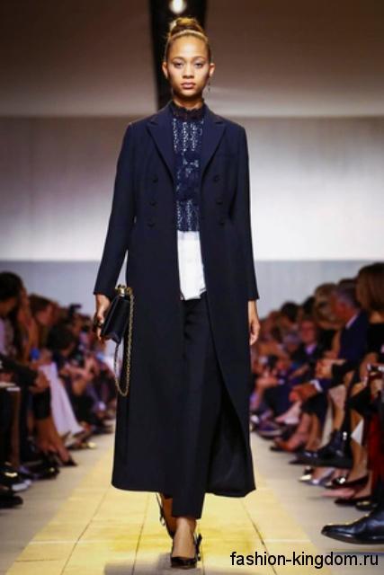 Длинное пальто темно-синего цвета, прямого фасона, на пуговицах из коллекции Dior.