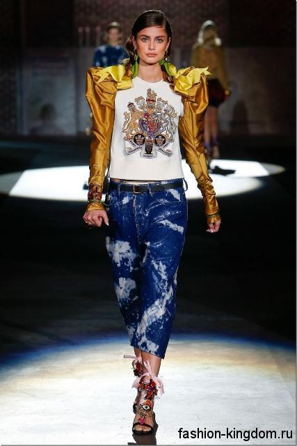 Короткие джинсы прямого покроя, синего цвета в сочетании с белой блузкой с пышными золотистыми рукавами от Dsquared2.