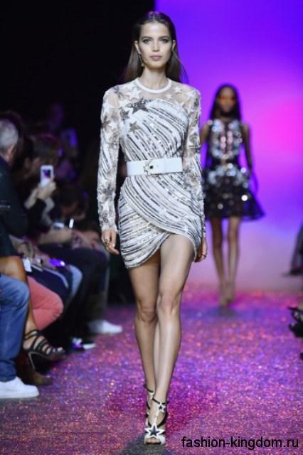 Коктейльное платье-мини серебристого цвета, с длинными рукавами и широким пояском из коллекции Elie Saab.