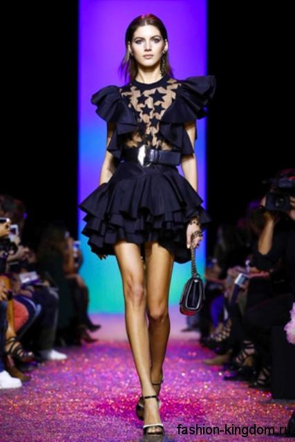 Короткое черное платье с оборками, пышной юбкой и широким пояском из коллекции Elie Saab.