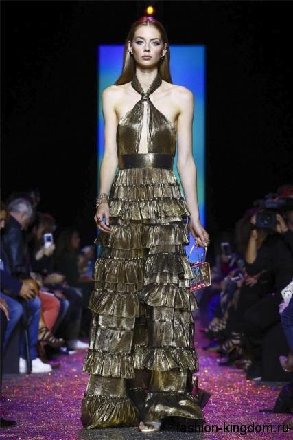Длинное блестящее платье медного цвета, с оборками и открытым верхом из коллекции Elie Saab.