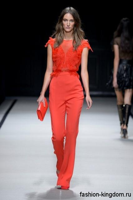 Шифоновая блузка кораллового цвета, с короткими рукавами в сочетании с классическими брюками в тон от Elisabetta Franchi.