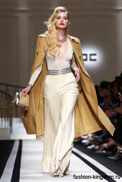Демисезонное пальто горчичного оттенка, свободного кроя из коллекции Elisabetta Franchi.