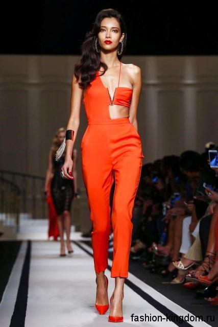 Летний комбинезон красного цвета, с укороченными брюками и асимметричным топом от Elisabetta Franchi.