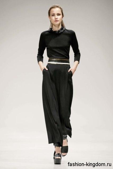 Широкие черные брюки сочетаются с блузкой черного цвета, с рукавами три четверти из коллекции Escada.