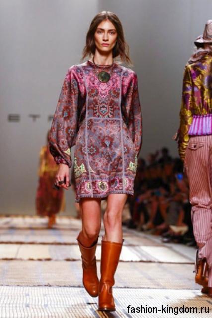 Высокие кожаные сапоги рыжего цвета и украшения в стиле этно сочетаются с коротким атласым платьем от Etro.
