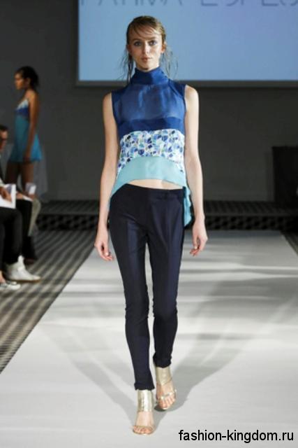 Классические черные брюки в сочетании с шифоновой асимметричной блузкой сине-голубого цвета от Fatima Lopes.