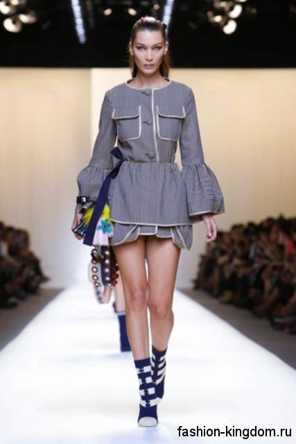 Короткое платье серого цвета с объемной юбкой, длинными рукавами и накладными карманами от Fendi.