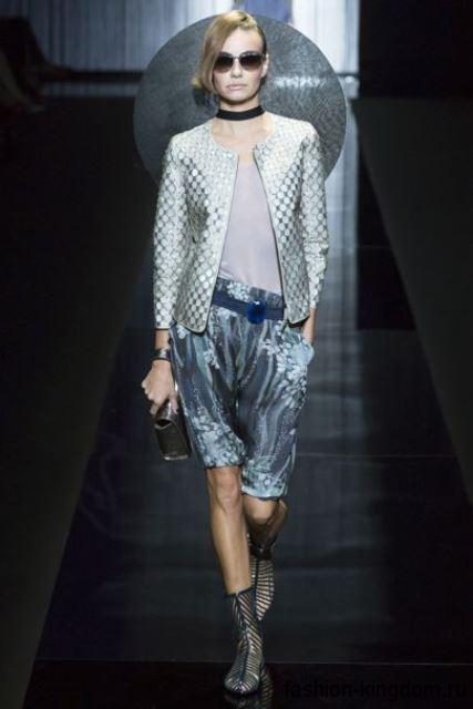 Короткий жакет серебристого цвета сочетается с голубыми шортами длиной выше колен из коллекции Giorgio Armani.
