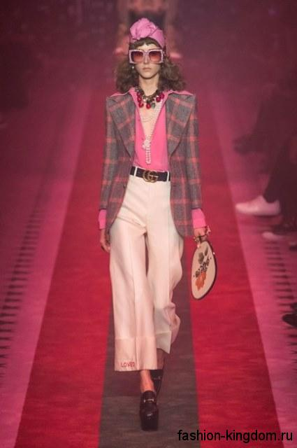 Массивные украшения и туфли на платформе сочетаются с широкими брюками и клетчатым пиджаком от Gucci.