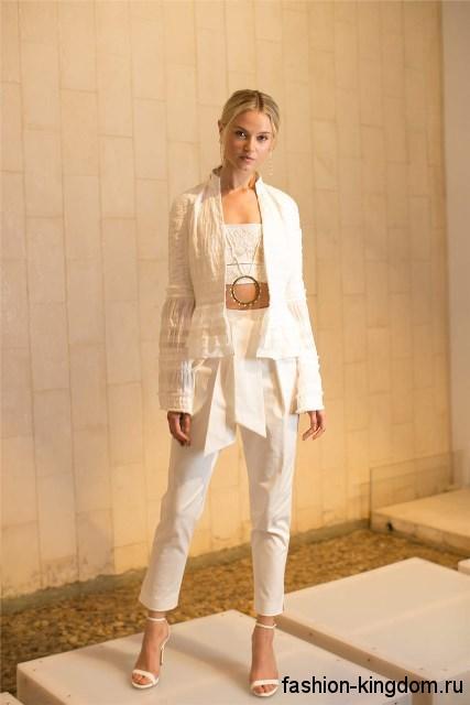 Короткие белые брюки сочетаются с тонким кардиганом белого цвета из коллекции Josie Natori.