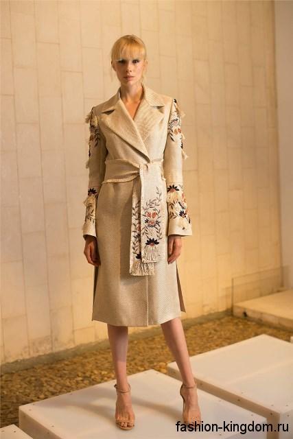Весеннее пальто бежевого цвета с вышивкой, приталенного фасона, с широким поясом от Josie Natori.