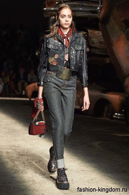 Массивные ботинки и аксессуары красного цвета гармонируют с джинсами и курткой черного цвет от Josie Natori.