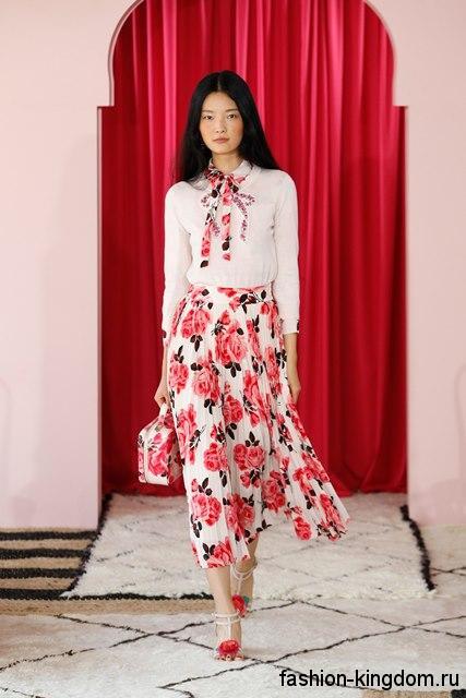 Тонкая белая блузка с рукавами три четверти в тандеме с белой юбкой-миди с цветочным принтом от Kate Spade.