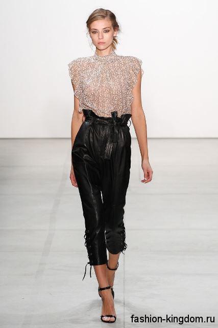 Шифоновая блузка серебристого цвета, без рукавов в сочетании с короткими кожаными брюками черного тона от Marissa Webb.