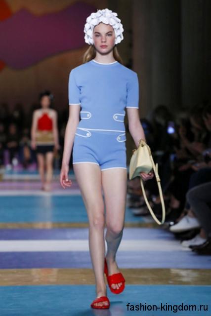 Летний комбинезон голубого цвета с белыми вставками и короткими рукавами из коллекции Miu Miu.