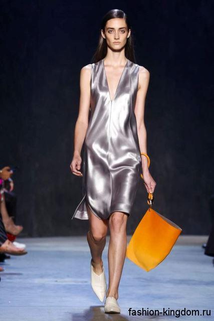 Летнее платье серебристого цвета, длиной выше колен, свободного фасона, без рукавов от Narciso Rodriguez.