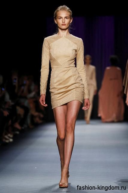 Короткое платье бежевого цвета, приталенного фасона, с длинными рукавами из коллекции Oday Shakar.