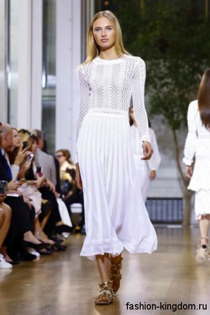 Белая юбка-миди свободного кроя в сочетании с ажурной кофточкой белого цвета от Oscar de La Renta.