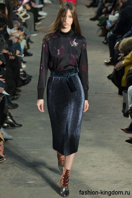 Черная блузка из атласа, с длинными рукавами и кожаными вставками в тандеме с юбкой-миди от Phillip Lim.
