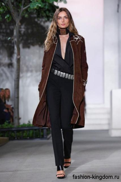 Женский плащ шоколадного цвета, прямого покроя, на молнии, декорированный вышивкой от Ralph Lauren.