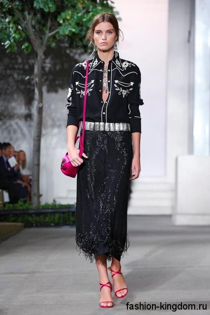 Черная рубашка с белым рисунком и длинными рукавами в сочетании с юбкой-миди черного цвет от Ralph Lauren.